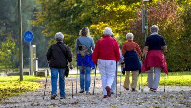 Menschen betreiben Nordic Walking in der Stadt